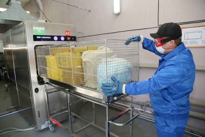 На фото – процесс утилизации опасных медицинских отходов
